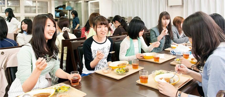 学生会館の食事風景